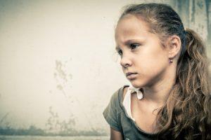悲しい表情の少女