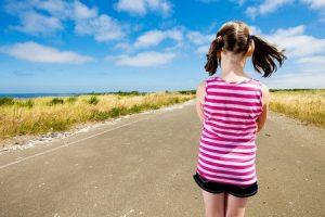 1人で道を歩く少女