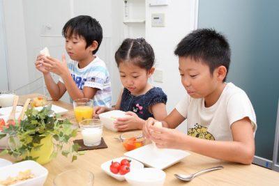 食事をする子供たち