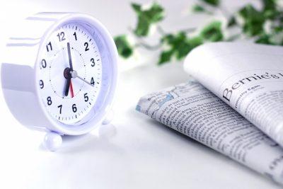 朝目覚まし時計と新聞