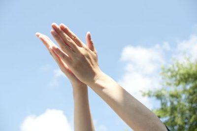 空に挙げる手